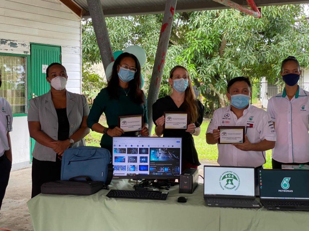 Formele overhandiging van de donatie aan het BOG gedaan door Petronas Suriname Exploration & Production B.V. in samenwerking met de RPBG